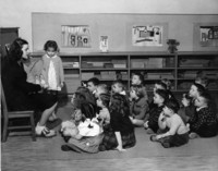 1946 Jeanne Landers Discusses Art With Kindergarteners