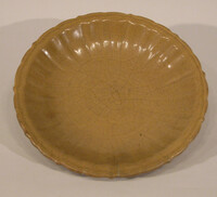 Plate with barbed rim