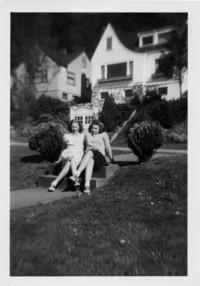1946 Judy Templin, Anne Hillyard In Myrna Dahl's Front Yard