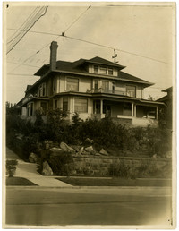 1030 North Garden Street, Bellingham (Wash.) - Large, three-story house with front porch and steep front yard