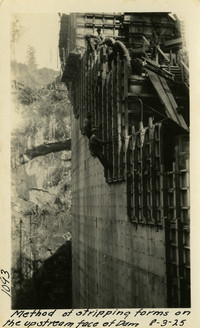 Lower Baker River dam construction 1925-08-03 Method of Stripping Forms on the Upstream Face of Dam